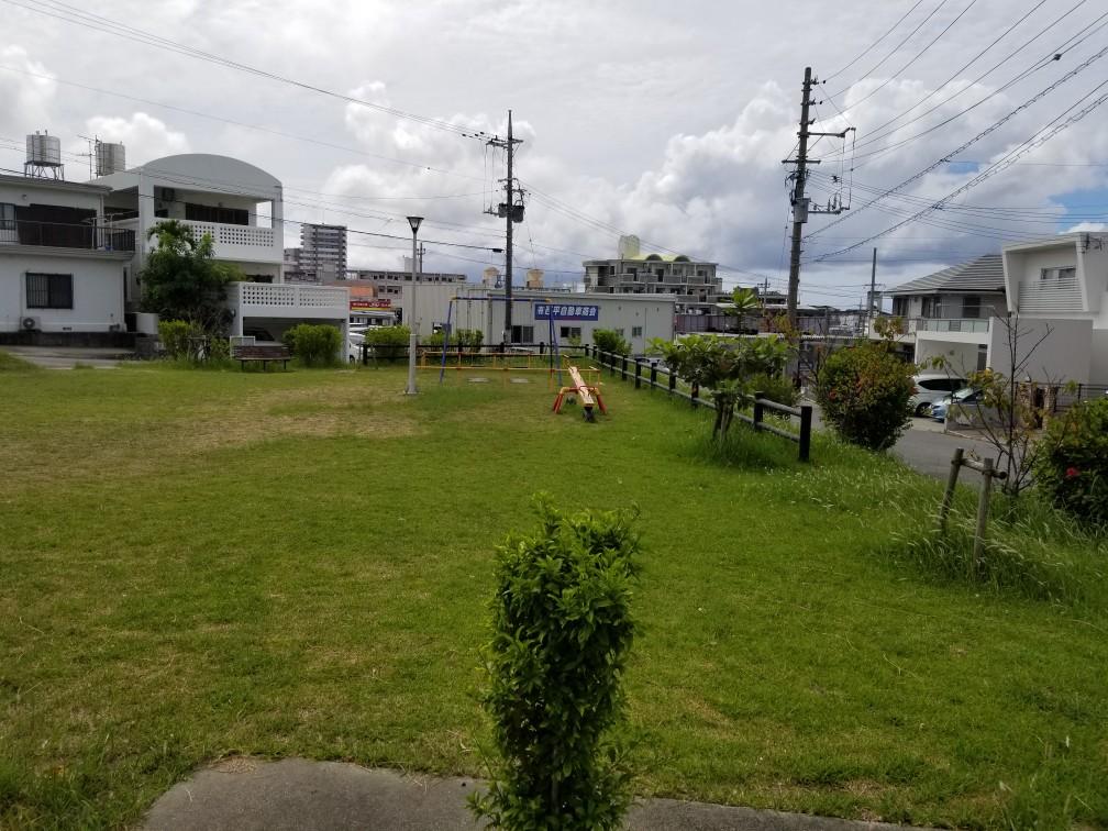 道挟んで向かいに広場があります。